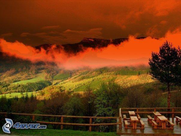 färggrann skog, bänkar, utsikt, moln, berg