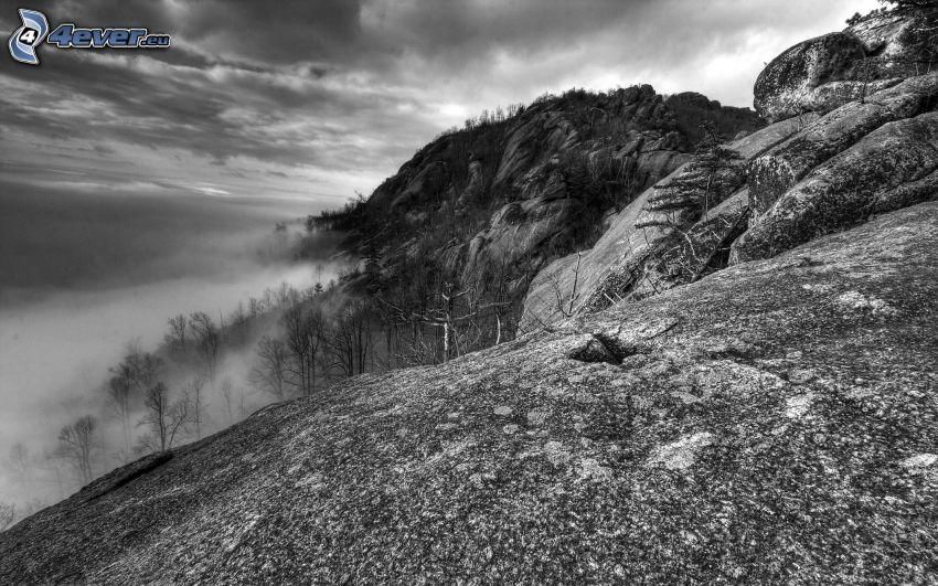 klippiga berg, dimma, svartvitt foto