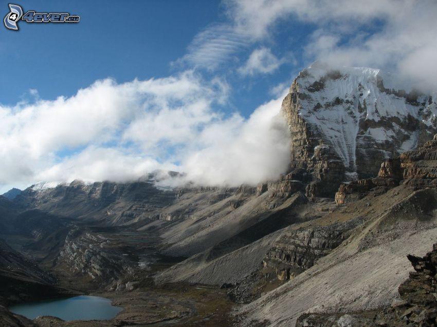 klippiga berg, moln, tjärn