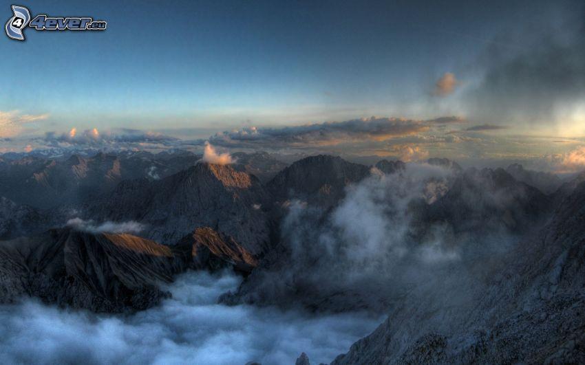 klippiga berg, moln