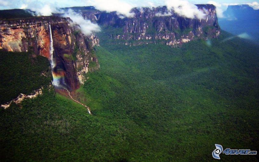 klippiga berg, skog, vattenfall