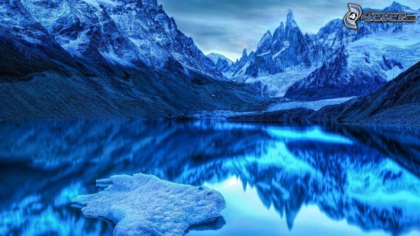 klippiga berg, snöklädda berg, tjärn, spegling