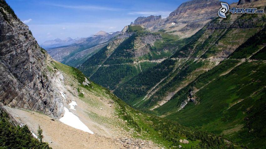 klippiga berg, utsikt över dal