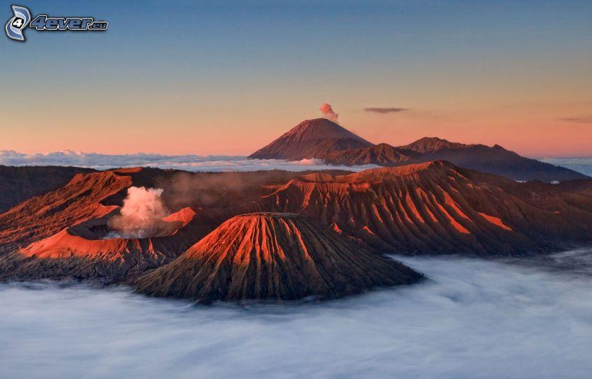 Kronotsky vulkanen, klippiga berg, inversion