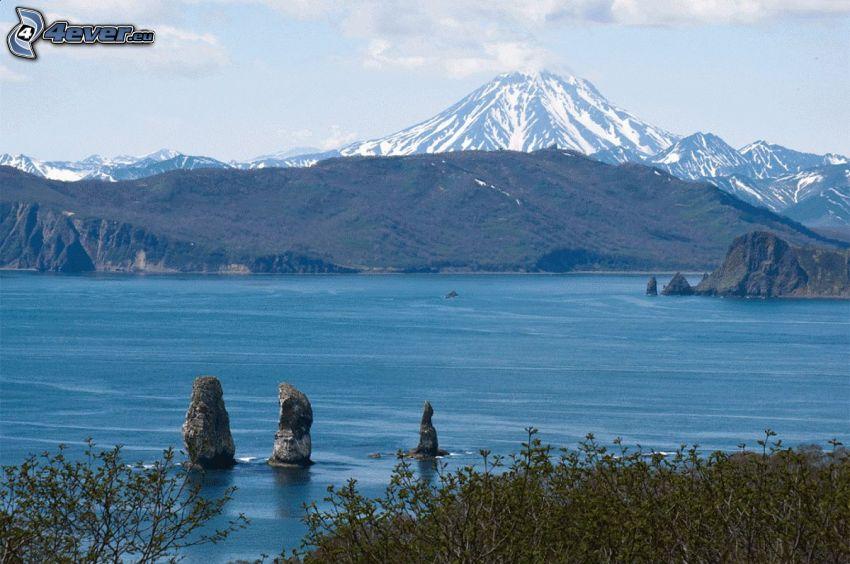 Kronotsky vulkanen, klippiga berg, sjö