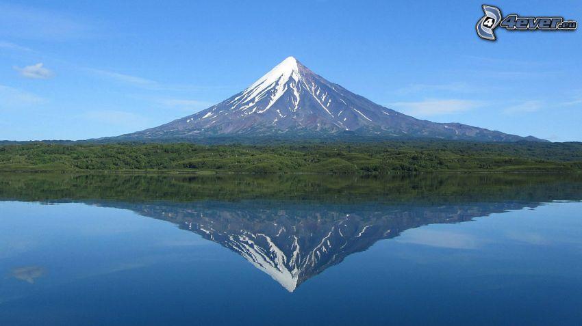 Kronotsky vulkanen, sjö, spegling