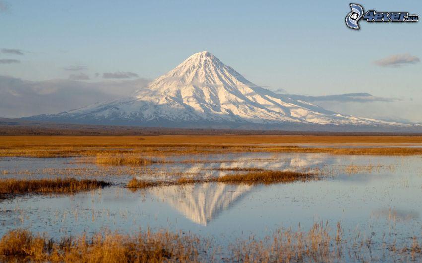 Kronotsky vulkanen, snöigt berg, vattenpöl, spegling