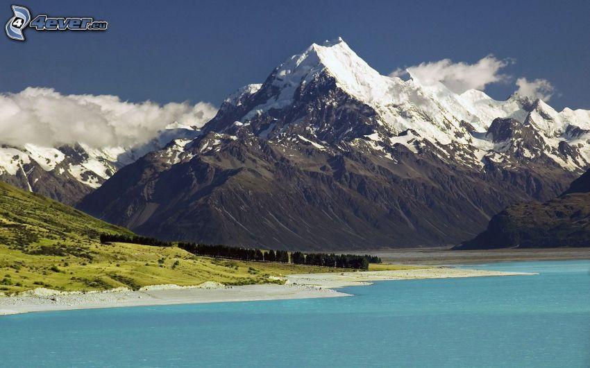 Mount Cook, snöigt berg, kust, azurblå sjö