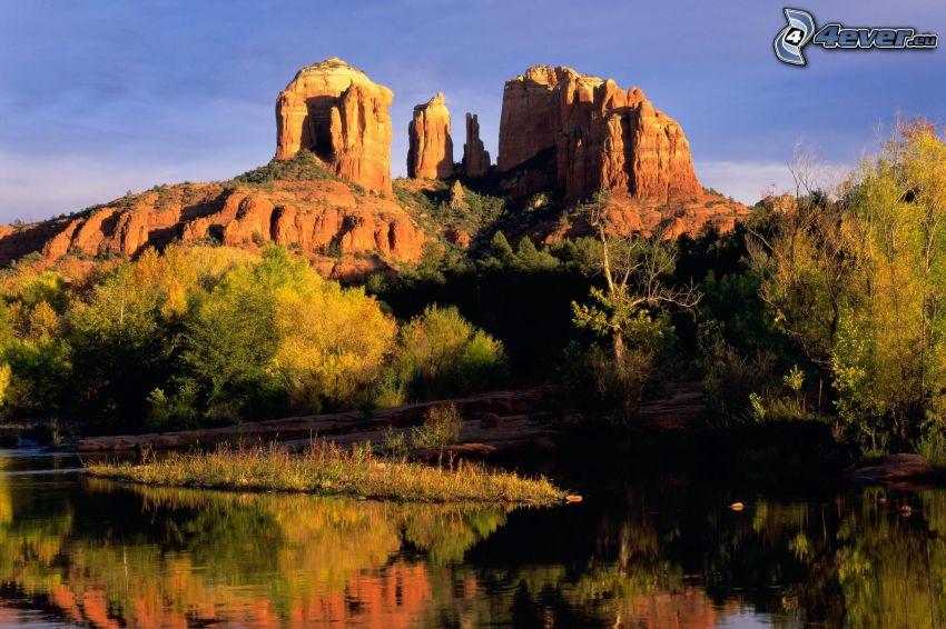 Sedona - Arizona, taffelberg, flod, färgglada höstträd