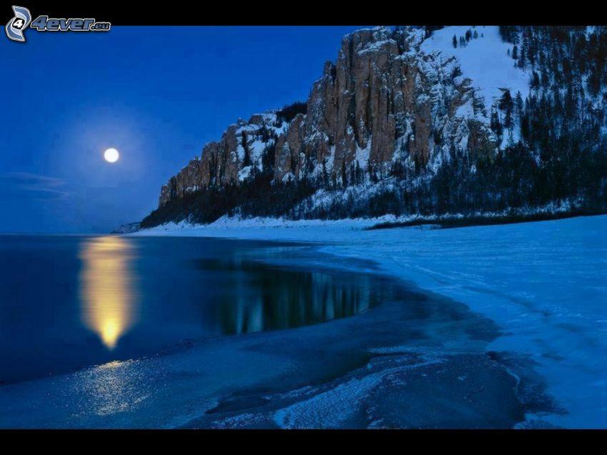sjö, klippigt berg, snö, natt, måne