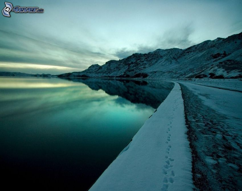 sjö, snöiga kullar, spår i snön