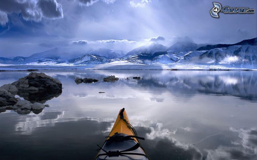 sjö, snöklädda berg, kanot