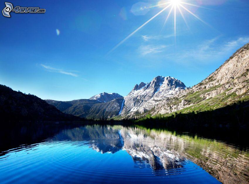 sjö, steniga kullar, spegling, sol