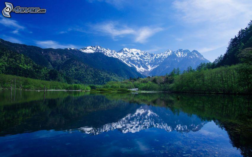 snöiga kullar, sjö, skog, spegling