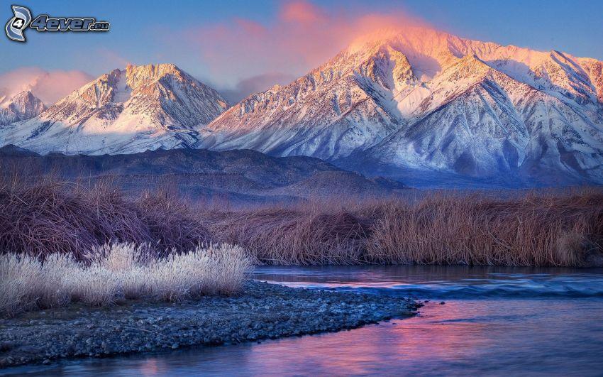 snöklädda berg, flod