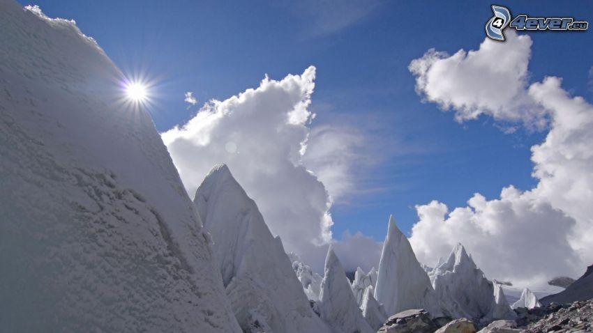 snöklädda berg, moln, sol