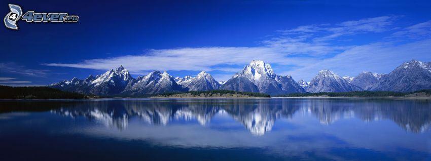 snöklädda berg, sjö, spegling