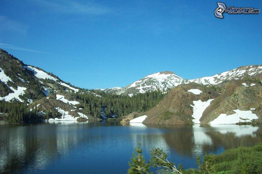 snöklädda berg, sjö