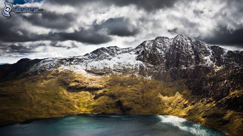 snöklädda berg, tjärn, moln