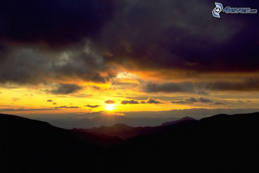 solnedgång, berg, mörka moln