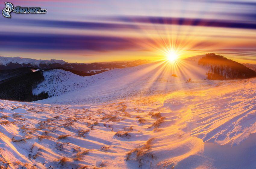 solnedgång över berg, snöklädda berg, solstrålar