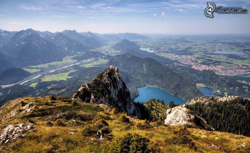 utsikt över landskap, tjärn, steniga kullar