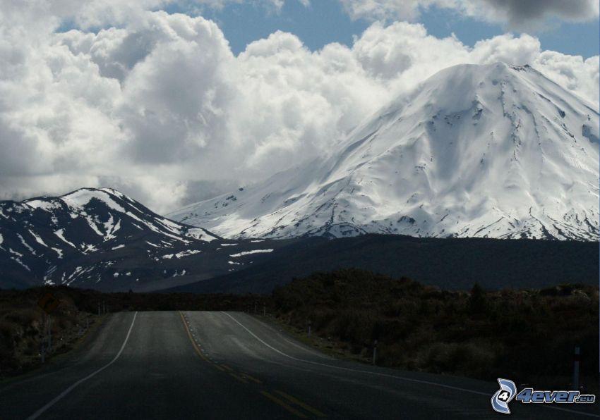 väg, snöklädda berg, moln