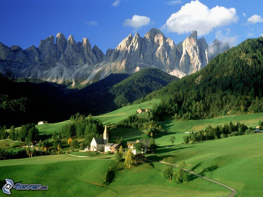 Val di Funes, skogar och ängar, klippiga berg, by, dal, Italien