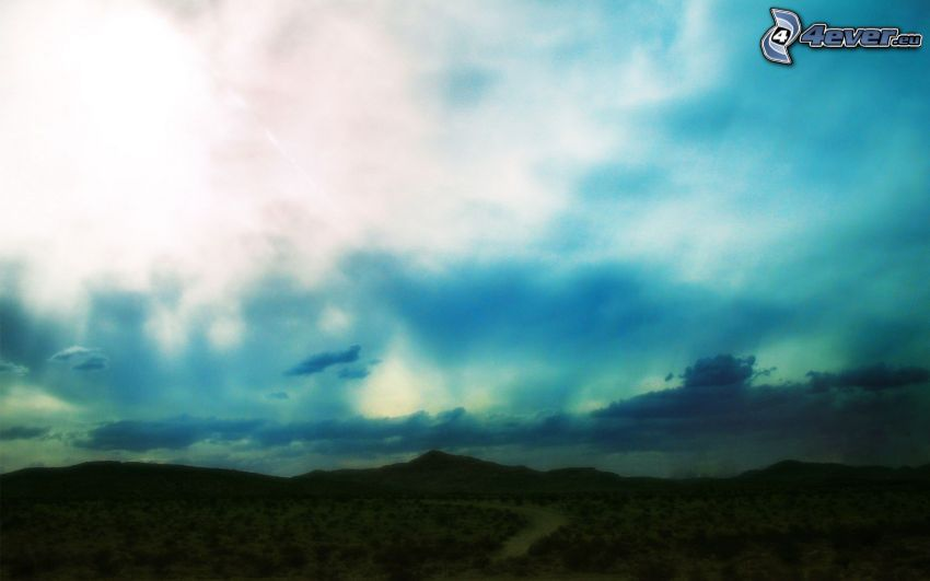 bergskedja, blå himmel, sol bakom molnen