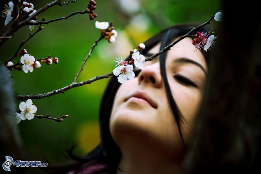 blommande körsbärsträd, svarthårig kvinna