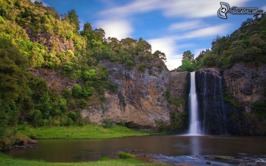 enormt vattenfall, klippa, träd, sjö