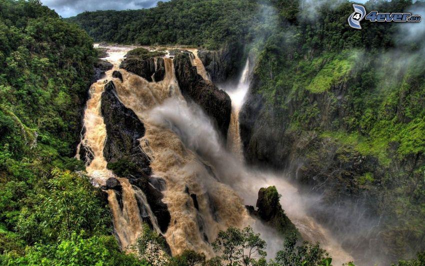 enormt vattenfall, klippor