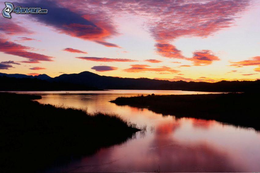flod, lila himmel, bergskedja