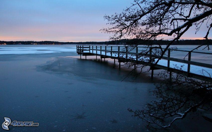 frusen sjö, brygga, kväll