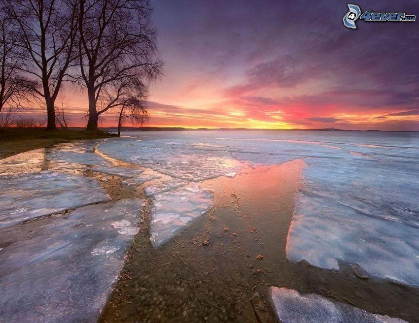 frusen sjö, isflak, efter solnedgången