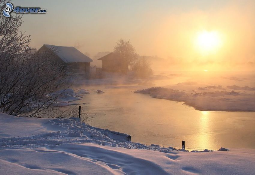 fryst bäck, snö, hus, svag sol