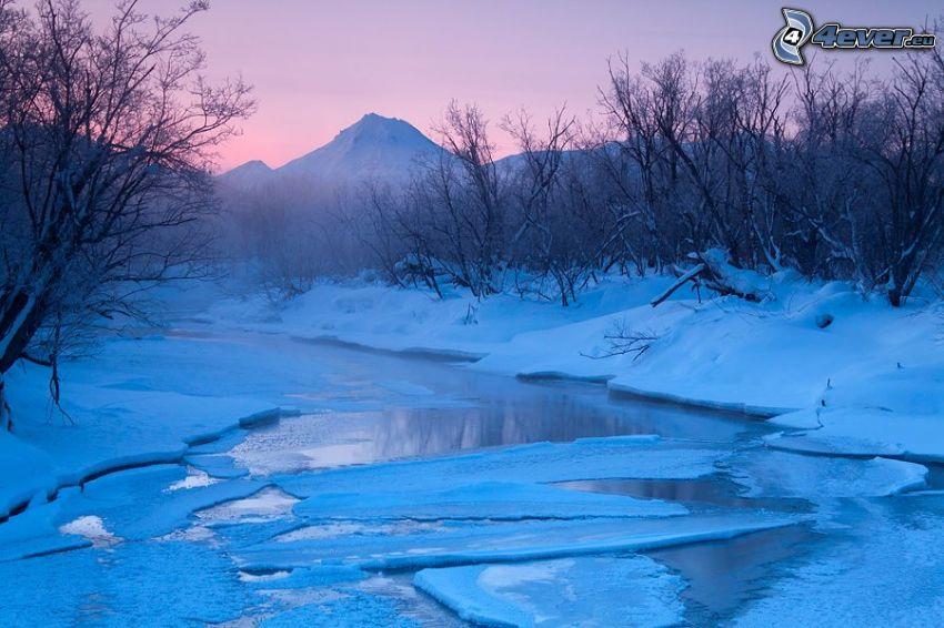 fryst bäck, snö, isflak