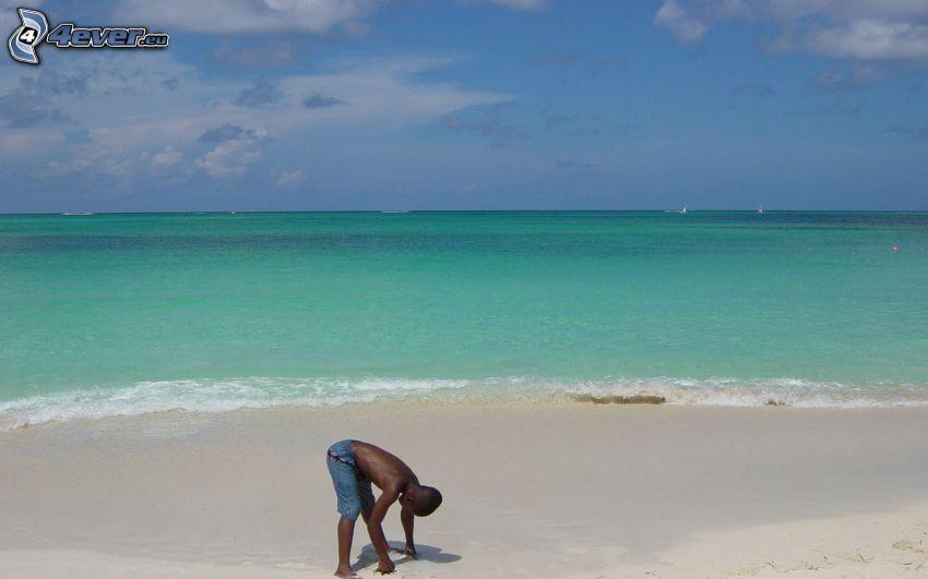 azurblå hav, mörkhyad man, sandstrand