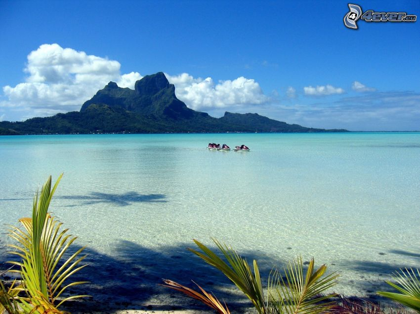 Bora Bora, klippigt berg, grunt azurblå hav