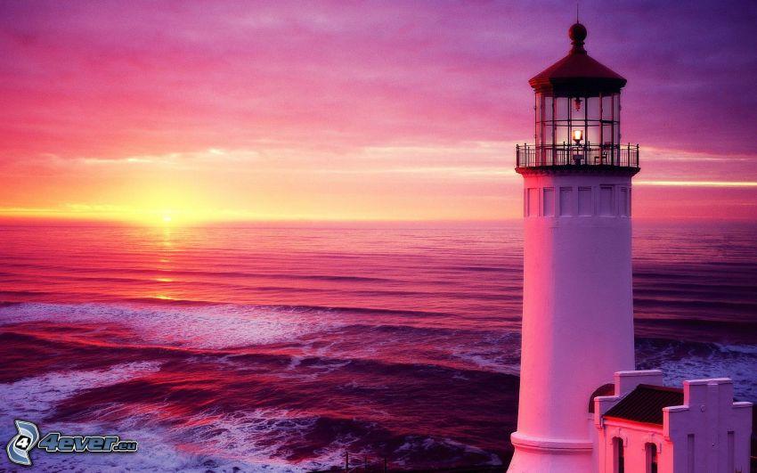 fyr vid solnedgång, lila himmel, hav