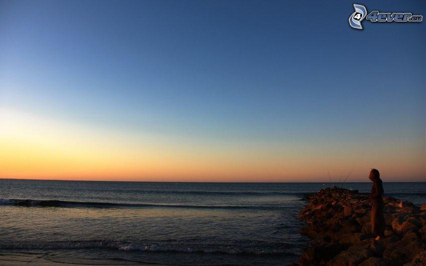 hav, efter solnedgången, silhuett av kvinna