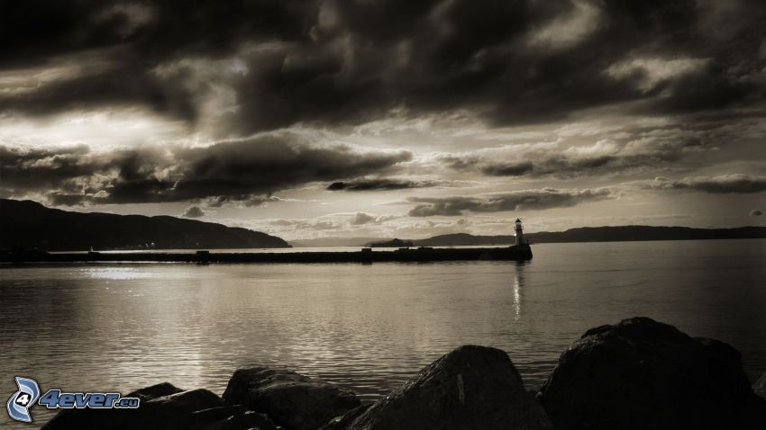 hav, fyr, brygga, mörka moln, svartvitt foto