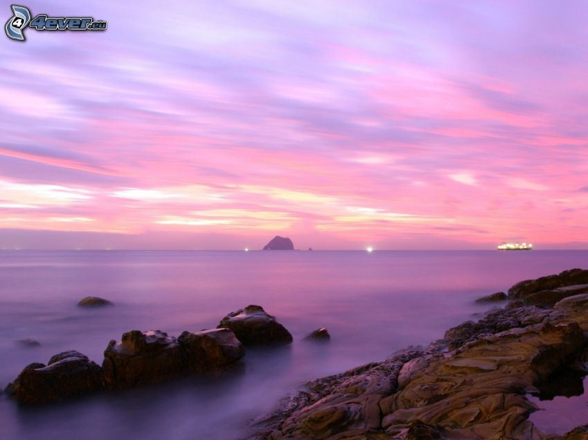 hav, stenig kust, lila himmel