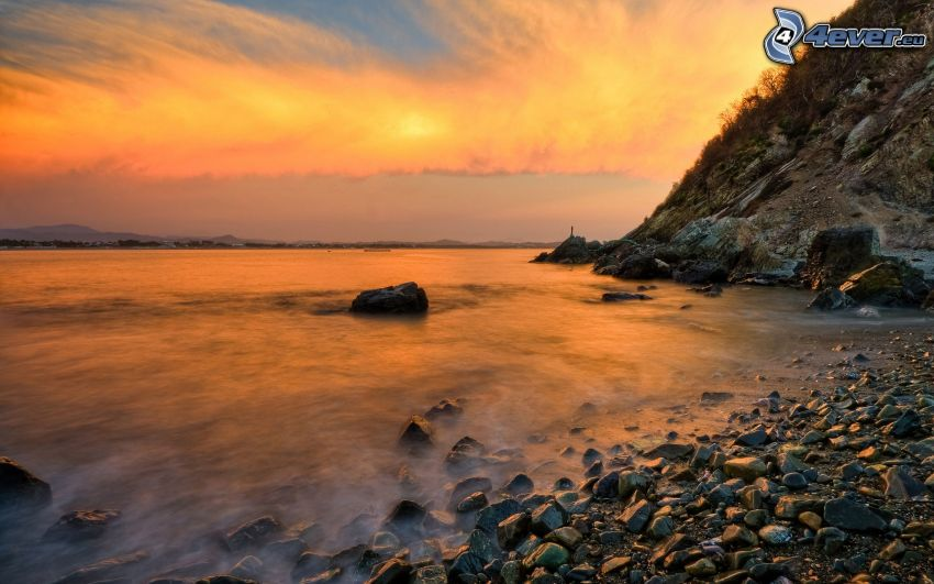 hav, stenig kust, moln, kvällshimmel