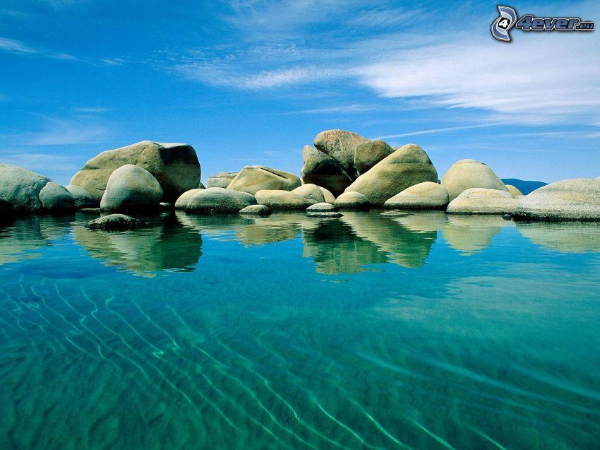 klippor i havet, azurblå hav, himmel