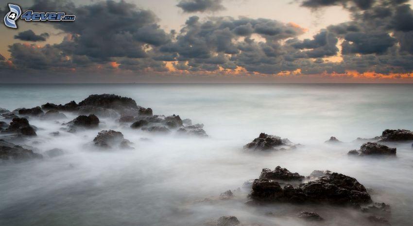 klippor i havet, efter solnedgången, moln