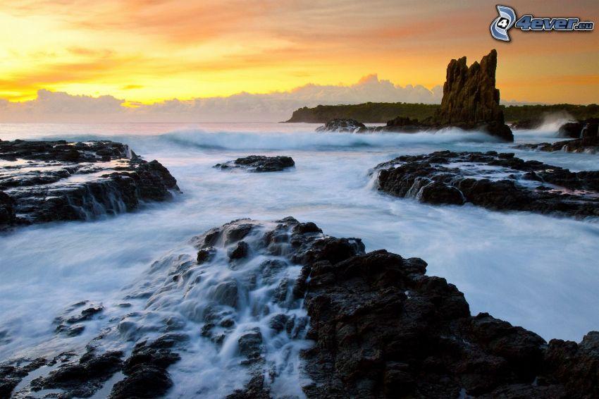 klippor i havet, efter solnedgången
