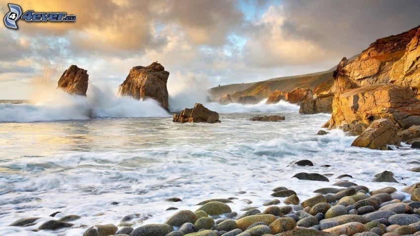 klippor i havet, klippstrand, vågor vid kusten