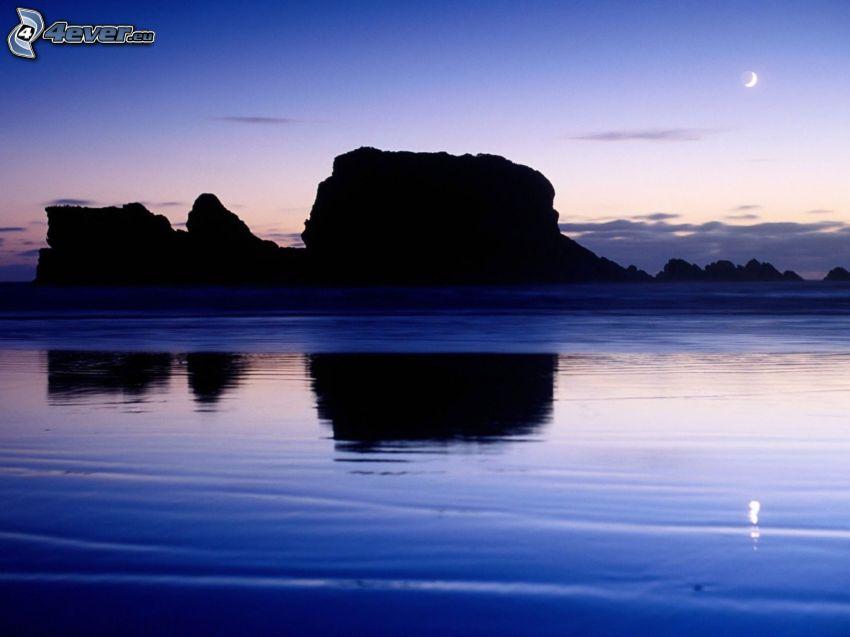 klippor i havet, kväll, måne, spegling