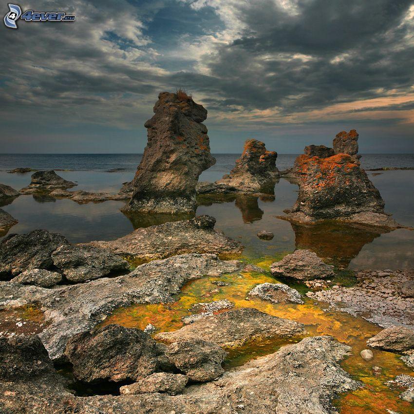 klippor i havet, moln, efter solnedgången